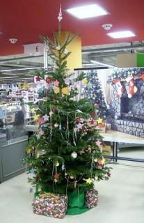 Bescherung bei der Weihnachtwunschbaum-Aktion